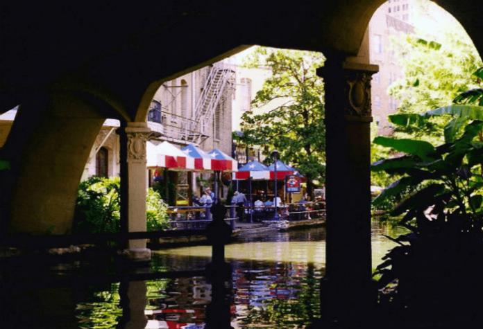 Stay on holiday stay luxury hotel for 2 in San Antonio Texas near riverwalk