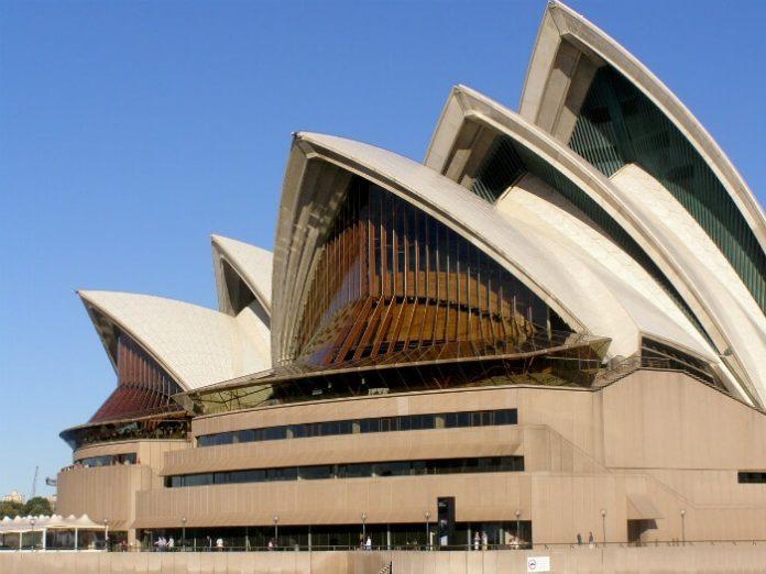 See Sydney Opera House, Harbour Bridge, Royal Botanical Gardens, Double Bay, Rose Bay on Sydney Big Bus Tour with deal