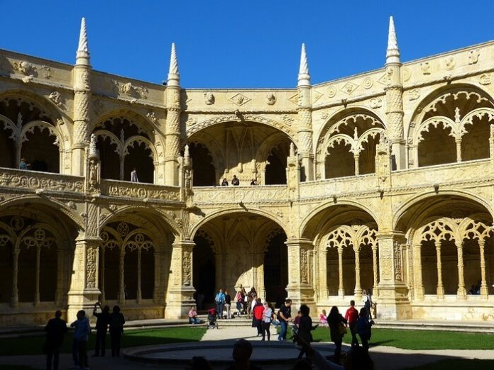 Promo code for 10% off hop-on, hop-off bus tour in Lisbon Portugal