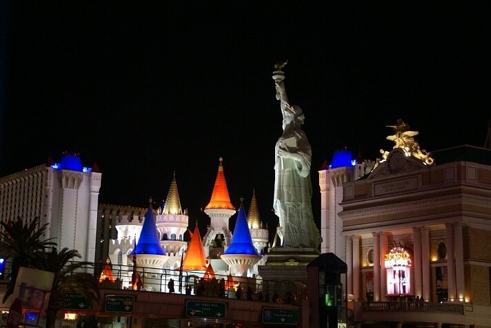 Las Vegas packages from Houston Las Vegas Packages from Houston are Worthy Deals When you decide that you indeed need to go and have some fun the Vegas way, you will want to have a budget that will incorporate different variants of fun at a certain budget, without having to break the bank.