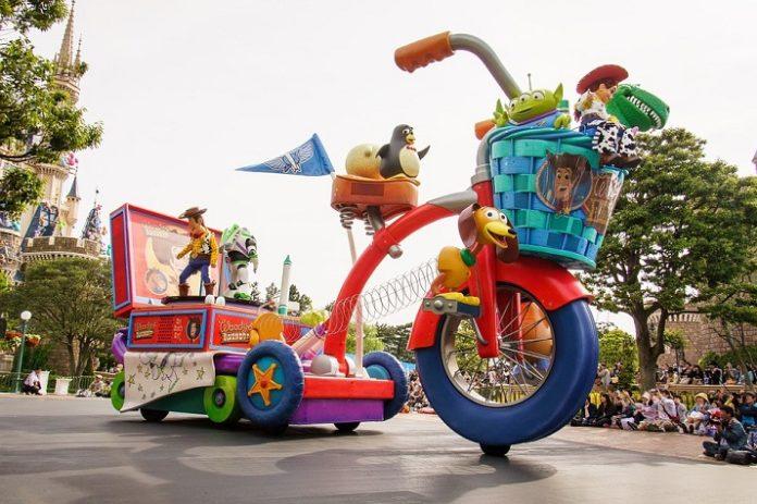 Best things to do with kids in Tokyo Japan visit Disneyland Disneysea Universal Studios & other theme parks