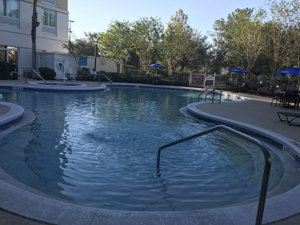 Hotel within walking distance of SeaWorld Orlando has a great pool, hot tub