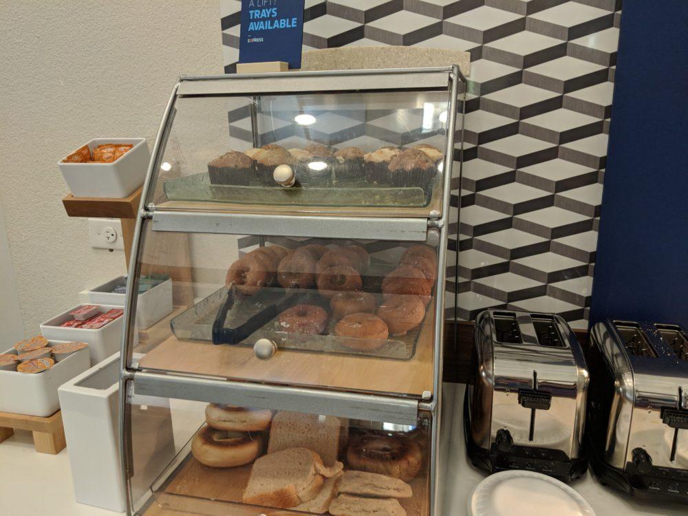 Toaster & breakfast options at Busch Gardens Tampa Bay partner hotel Holiday Inn Express