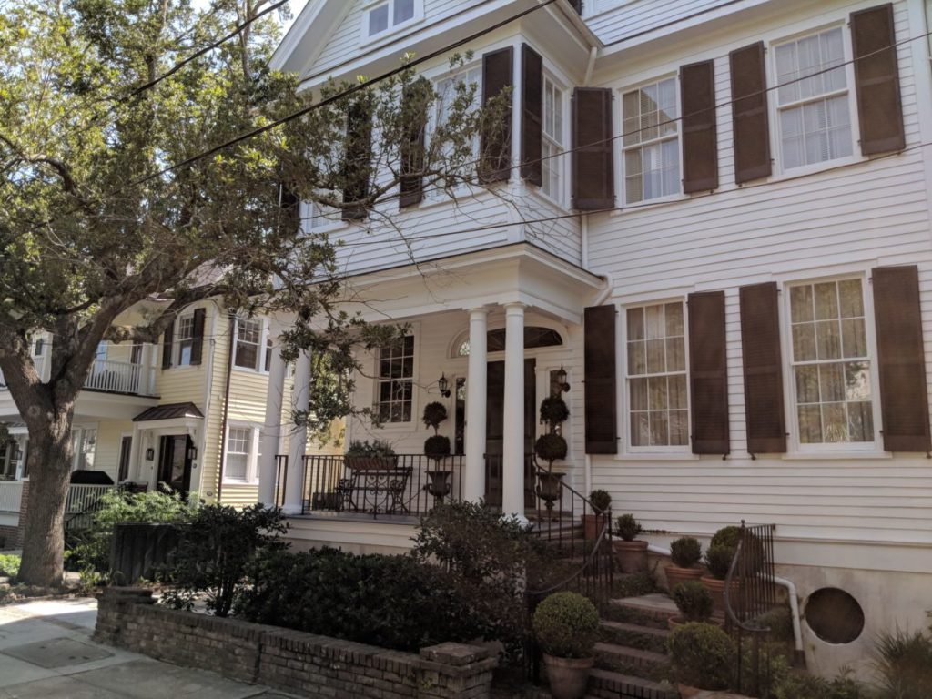 Enjoy beautiful homes & mansions during your Charleston, South Carolina horse & carriage tour